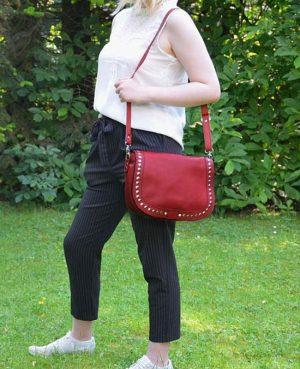 Umhängetasche mit Nieten rot oder braun aus Leder handgefertigte Schultertasche