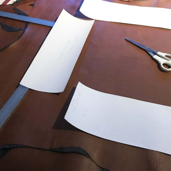 Lederrucksack Schnittmuster und Leder Zuschnitt. Handarbeit.
