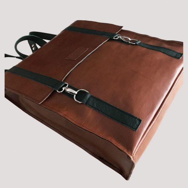 Lederrucksack handarbeit. Brauner Rucksack mit grünem Leder akzentuiert.