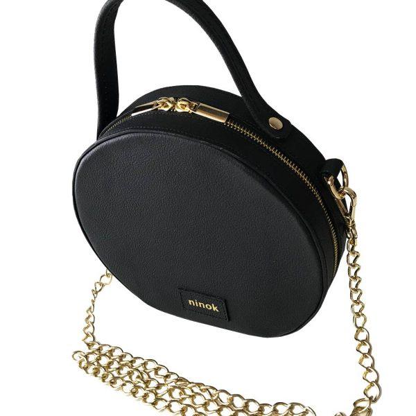 Circle Bag aus Leder in schwarz mit goldfarbenen Metallelementen. Zwei Henkel. Leder und Kettenhenkel.