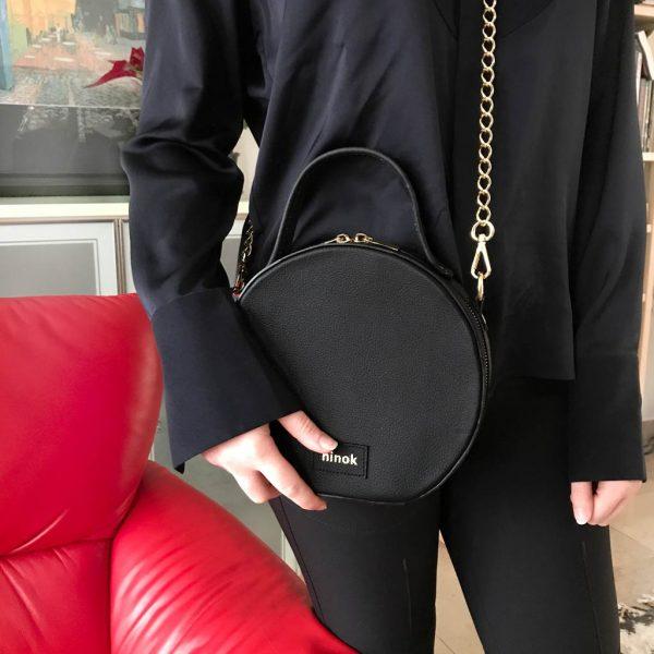 Circle Bag Handtasche aus Leder in schwarz. Tasche mit Kette.