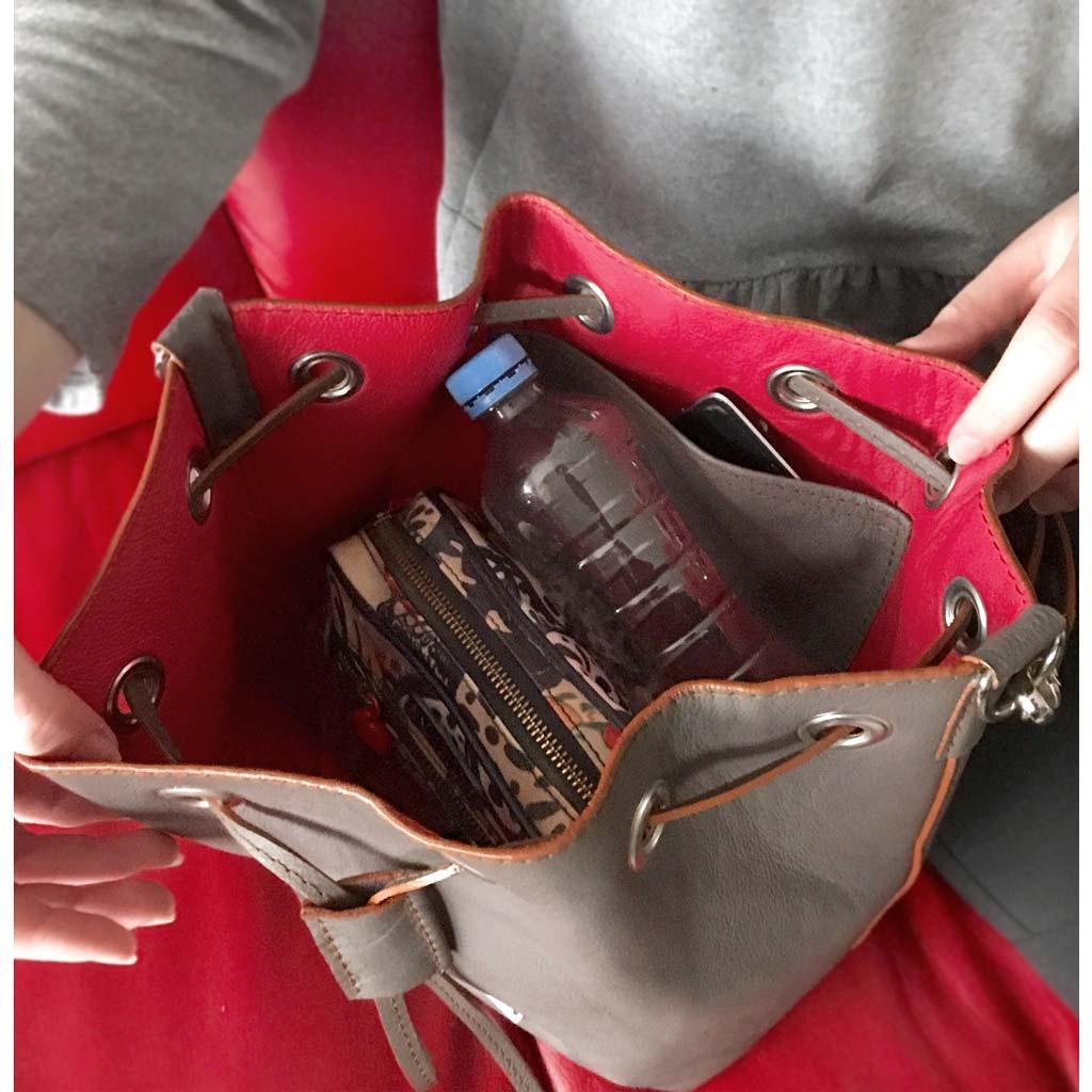 1cdfebae13ca2 Kleine Ledertasche. Bucket Bag ausßen grau innen pink. Alles aus leder.  Leder Beuteltasche