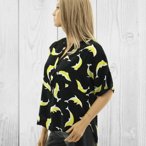 Schwarze Bluse mit gelb weißem Delfinen Druck. Kurzarm Shirt mit Knopfleiste und Brusttasche. Lässiger Schnitt. Modetrend Spring Sommer.