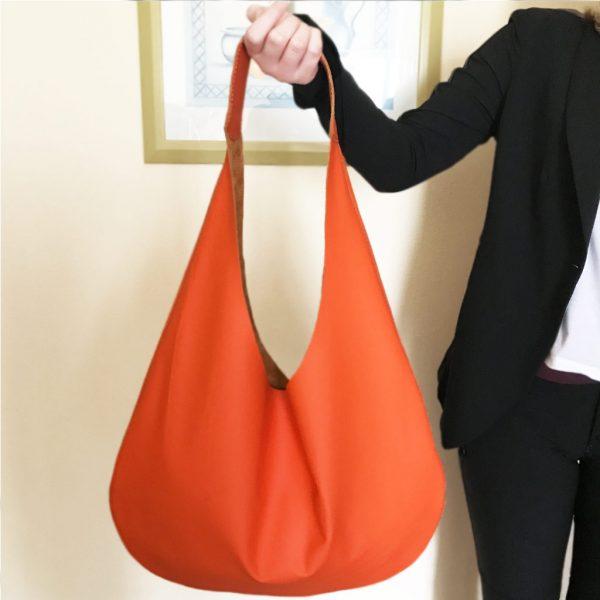 Hobo Tasche aus Leder orange. Große Ledertasche mit Henkel und Innenfach. Halbmondförmig. Weiche Ledertasche. Handgefertigt made in Germany. atelier ninok bag.