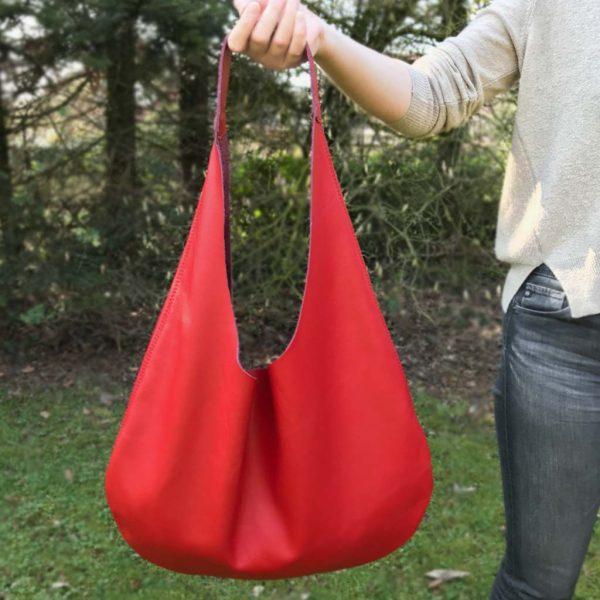 Rote Hobo Bag aus Leder, große Ledertasche mit Henkel und Innenfach. Halbmondförmige, weiche, rote Ledertasche handgefertigt.
