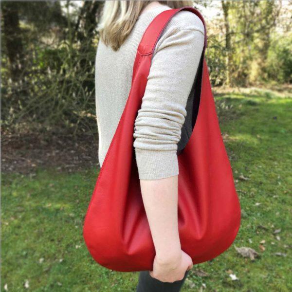 Rote Hobo Bag aus Leder, große Ledertasche mit Henkel und Innenfach. Halbmondförmige, weiche, rote Ledertasche handgefertigt. It Bag.
