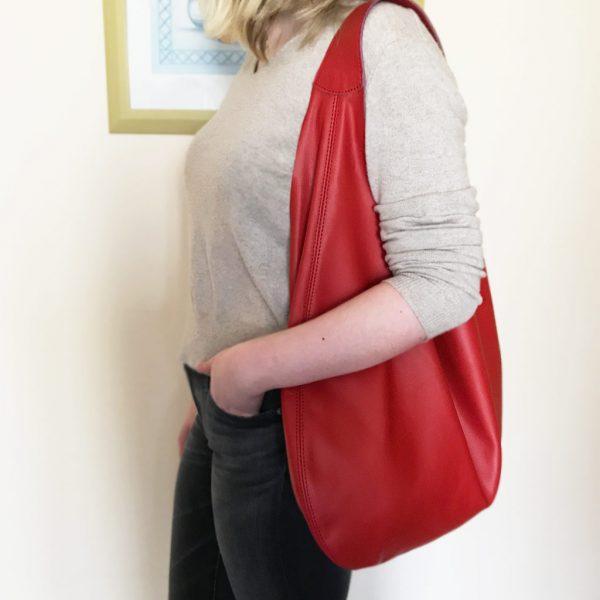 Rote Hobo Bag aus Leder, große Ledertasche mit Henkel und Innenfach. Weiche, rote Ledertasche handgefertigt. Beliebte perfekte Tasche zum Reisen, Shoppen und arbeiten.