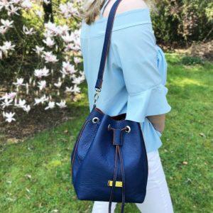 Beuteltasche, Ledertasche Bucket Bag mit Schulterriemen. Innenfutter aus braunem Leder. Mit Innenfach und Zugverschluß.
