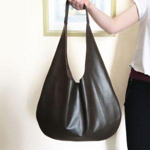Minimalistische Tasche aus Leder Hobo Bag dunkelbraun. Große Ledertasche mit einem Henkel. Handgefertigte Handtasche.