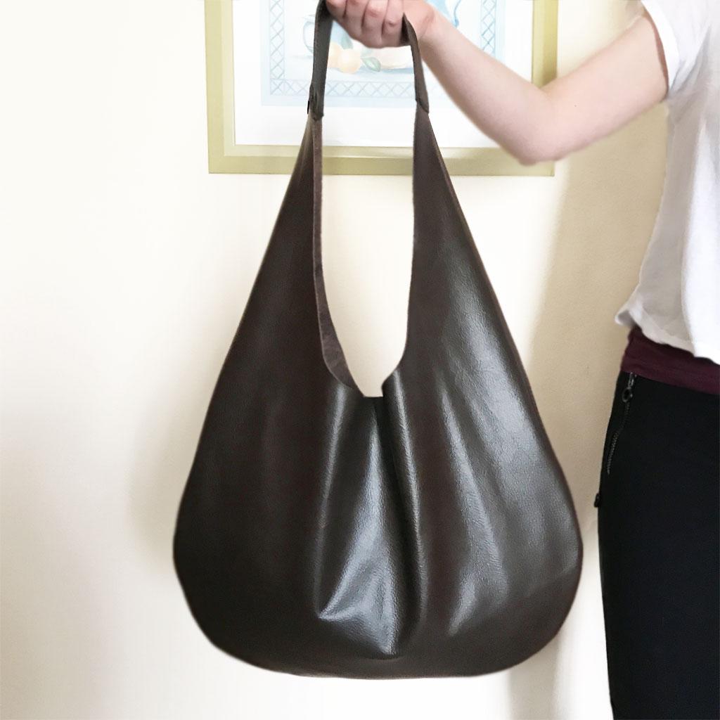 dc647537f8e5e Minimalistische Tasche aus Leder Hobo Bag dunkelbraun. Große Ledertasche  mit einem Henkel. Handgefertigte Handtasche