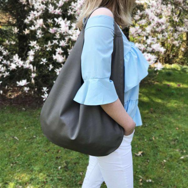 Graue Ledertasche Hobo Bag mit einem Henkel. Große Ledertasche in grau. Damen Tasche für Shopping, Reisen, Städtereisen und Business. A4 Handtasche. Handgefertigt in Deutschland.