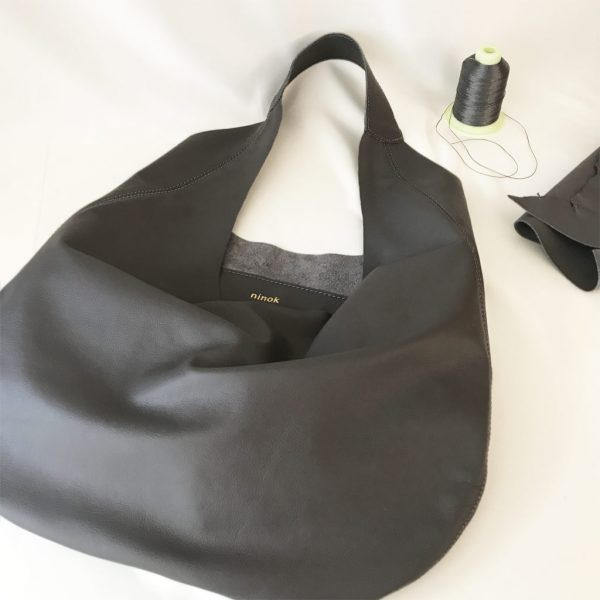 Graue Ledertasche Shopper Hobo Bag mit einem Henkel. Große Ledertasche in grau. Damen Tasche für Shopping, Reisen, Städtereisen und Business. A4 Handtasche. Handgefertigt in Deutschland.