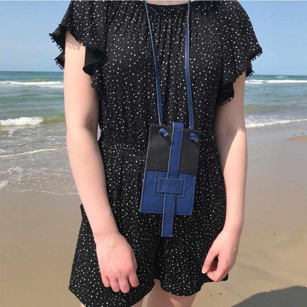 Handy Ledertasche zum umhängen in schwarz blau. Mit Deckelklappe und Lederbänder zum Binden. Handyhülle für große und kleine Smartphones, Karten und Geld.