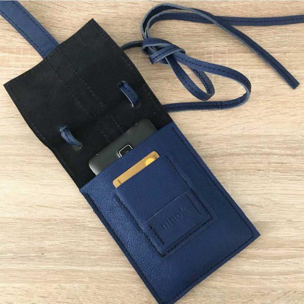 Ledertasche für große und kleine Smartphones, Karten und Geld. Blau/schwarz Farbkombination. Mit Deckelklappe und Lasche.