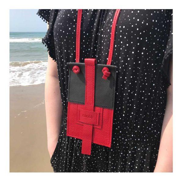 Handyhülle als Ledertasche in schwarz rot zum Umhängen. Mit Karten und Geld oder Schlüsselfach.