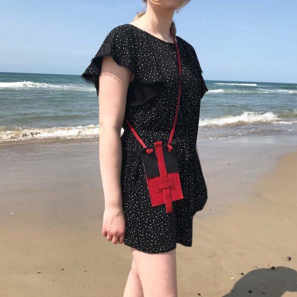Handytasche aus Leder in schwarz rot als Crossbody Bag. Mit Karten und Geld oder Schlüsselfach.
