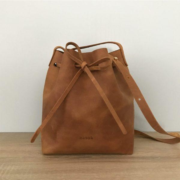 Cognac braune Beuteltasche Bucket Bag. Mittelgroße Umhängetasche. Crossbody bag aus Pull-Up Rindsleder. Pflanzlich gegerbt. Minimalistische Ledertasche, komplett von Hand genäht.