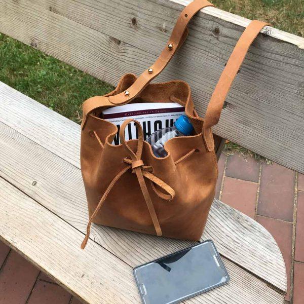 Cognac braune Beuteltasche Bucket Bag. Mittelgroße Umhängetasche. Crossbody bag aus Pull-Up Rindsleder. Pflanzlich gegerbt. Aus und in Deutschland komplett von Hand genäht.