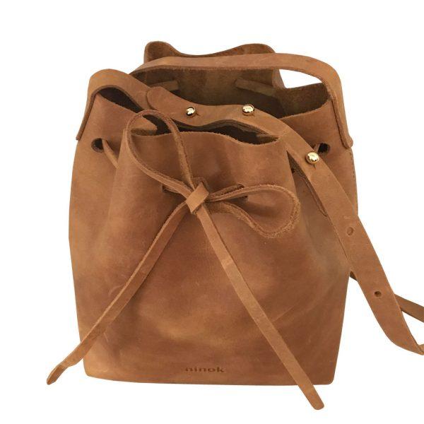 Cognac braune Ledertasche Bucket Bag. Beuteltasche zum Umhängen, mittelgroße Crossbody bag. Aus Pull-Up Rindsleder. Komplett von Hand genäht.