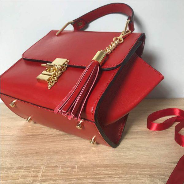 Kleine Ledertasche rot mit Henkel, Drehverschluss mit Kette in Goldoptic, Lederquaste abhembar. Henkeltasche mit Deckelklappe und Innenfach. Trapezform Tasche. Ledertasche mit Bodenfüße.