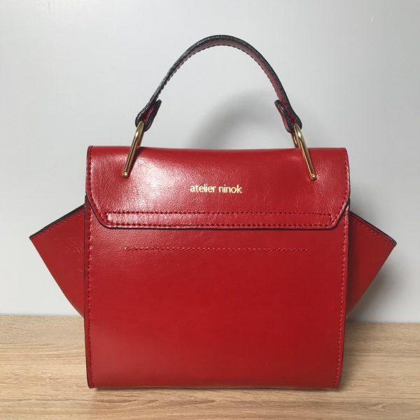 Kleine Ledertasche rot mit Henkel und Deckel, Drehverschluss mit Kette in Goldoptic, Lederquaste abhembar. Perfektes Geschenk für Sie. Einzigartig. Handmade Tasche.