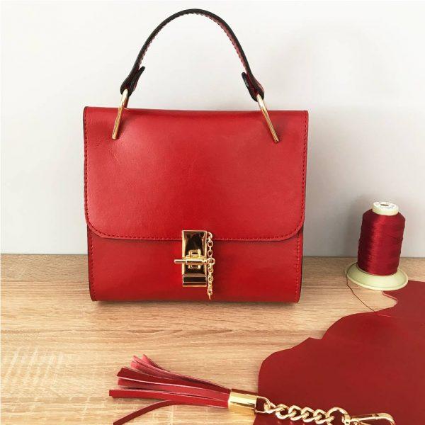 Rote Ledertasche klein quadratisch und süss. Handmade Geschenk für Sie. Einzigartige Ledertasche mit Goldverschluss, Lederquaste. Perfekte Größe.. Tasche zum Ausgehen.