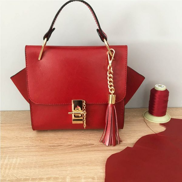 Kleine Ledertasche rot mit Henkel, Drehverschluss mit Kette in Goldoptic, Lederquaste. Nicht zu klein und nicht zu groß.