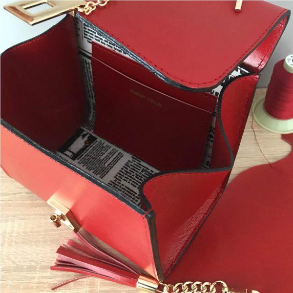 Kleine Ledertasche rot mit Henkel. Elegante Handtasche mit Innenfutter mit Zeitungsmotiv und Innenfach aus Leder. Perfekte Tasche zum Ausgehen.