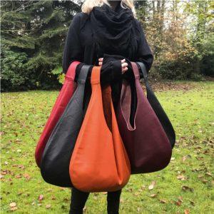 Hobo Ledertaschen groß in weinrot burgundy, matt schwarz, schwarz mit grober Struktur und oxblood rotbraun. Große Schultertaschen mit Henkel.