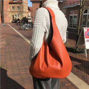 Hobo Bag terracotta grosse Ledertasche für Damen. Schultertasche mit Henkel. Beuteltasche. Handgefertigte Hobo bag aus Leder mit Prägung.