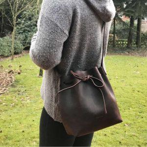 Umhaengetasche Leder Bucket Bag braun. Dunkelbraune Ledertasche Damen crossbody bag handgefertigt, mittelgroß, robust, Geschenkidee für Damen.